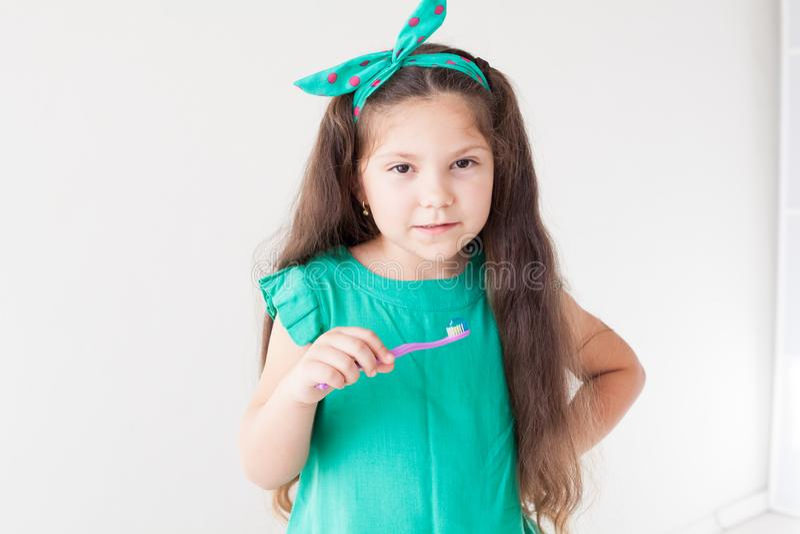 Peu dent de fille avec une bosselure de brosse à dents images libres de droits