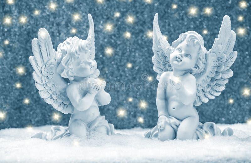 Peu des anges gardien neigent décoration d'or de Noël de lumières photos stock