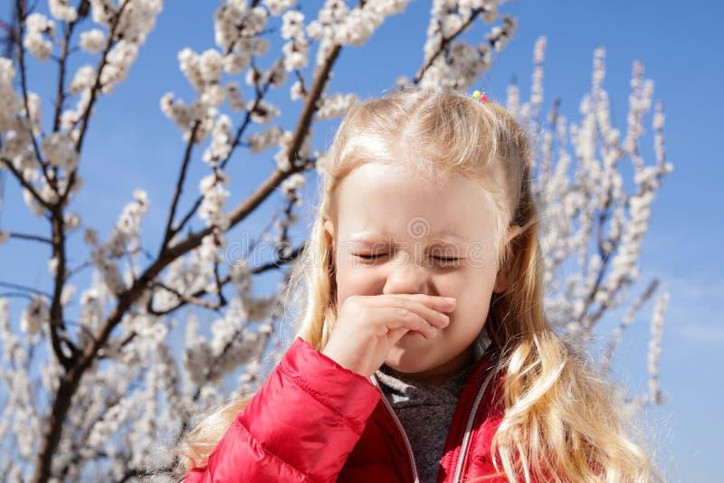 Peu douleur de fille d'allergie saisonni?re images stock