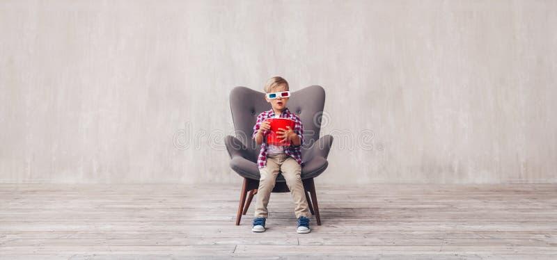 Peu enfant avec le maïs éclaté en verres 3d image libre de droits