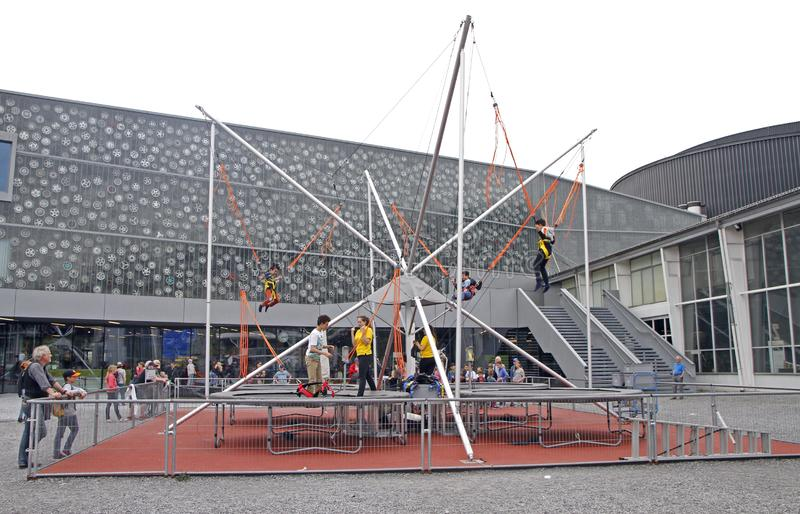 Peu enfants sautant sur le trempoline photo libre de droits