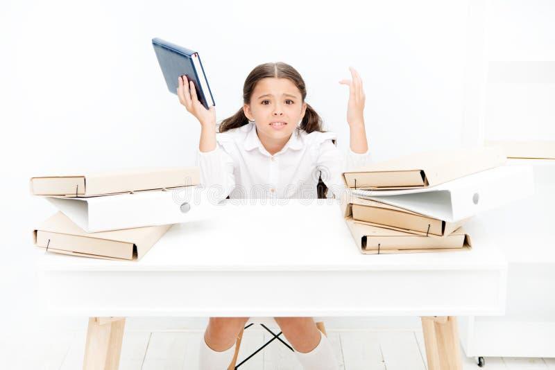 Peu expression soucieuse de fille Beaucoup d'enfants deviennent nerveux au sujet de nouvelles situations Inquiétude d'école Autor images stock