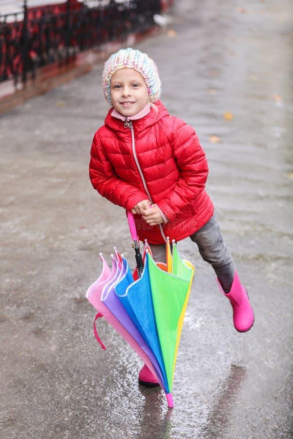 Peu fille avec le parapluie dans la ville l'automne image libre de droits