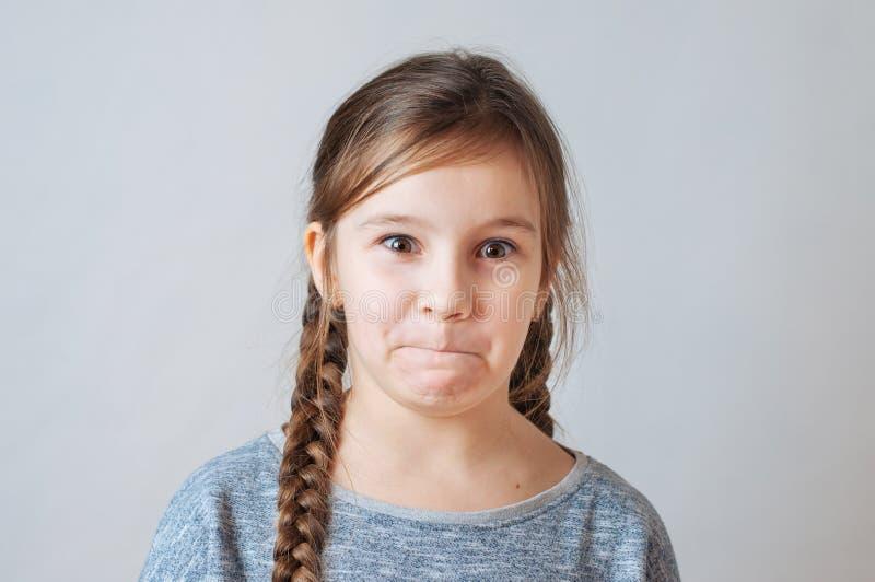 Peu fille avec le portrait de tresses de l'expression du visage de la surprise photo libre de droits