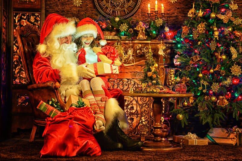 Peu fille avec Santa Claus dans la chambre photo libre de droits