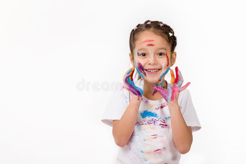 Peu fille d'enfant avec des mains peintes en peinture color?e photographie stock libre de droits