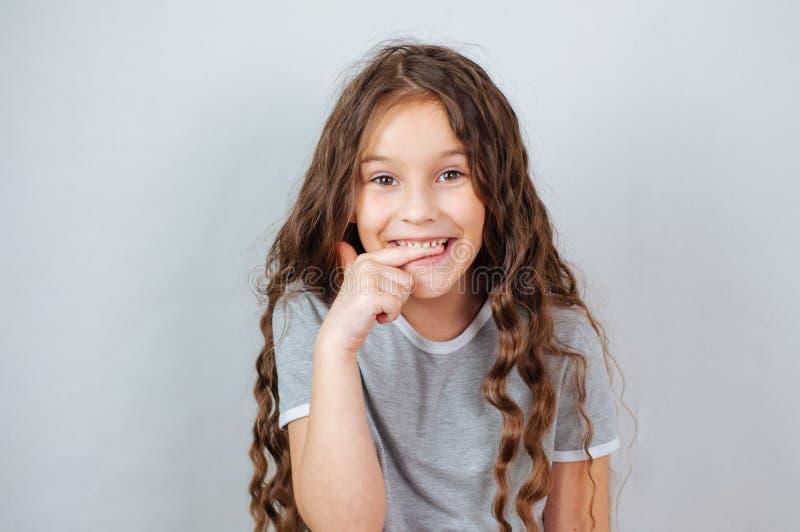 Peu fille d'enfant posant au studio Enfant ?motif parfait de mode de portrait Enfant caucasien de beau visage 6-7 ans image stock