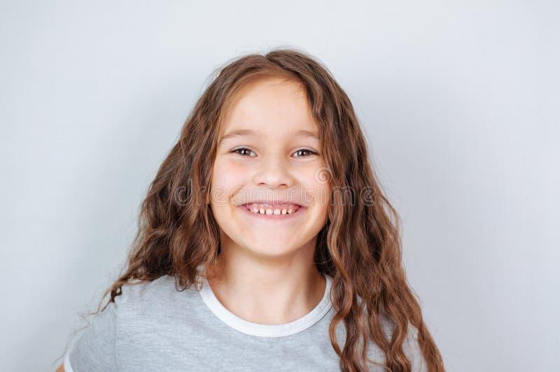 Peu fille d'enfant posant au studio Enfant ?motif parfait de mode de portrait Enfant caucasien de beau visage 6-7 ans photos stock