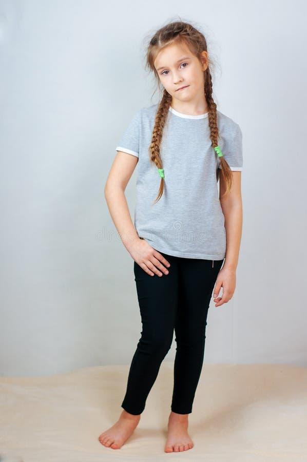 Peu fille d'enfant posant au studio Enfant parfait de mode de portrait Enfant caucasien de beau visage 6-7 ans photographie stock