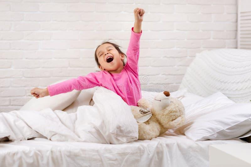 Peu fille d'enfant se r?veille du sommeil image libre de droits