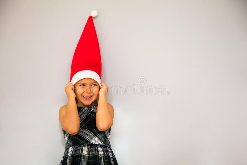 Peu fille dans le chapeau de gnome photographie stock