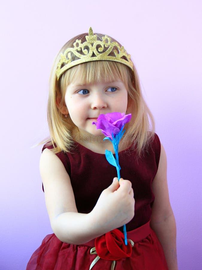 Peu fille en fleur sentante de couronne r photos libres de droits
