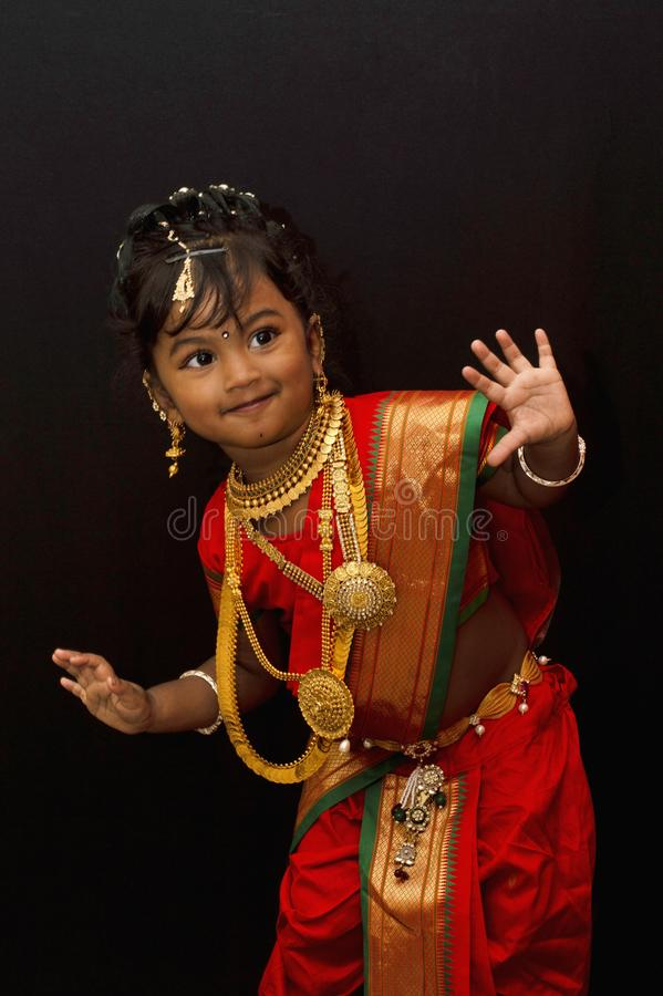 Peu fille indienne posant dans un vêtement traditionnel photo stock