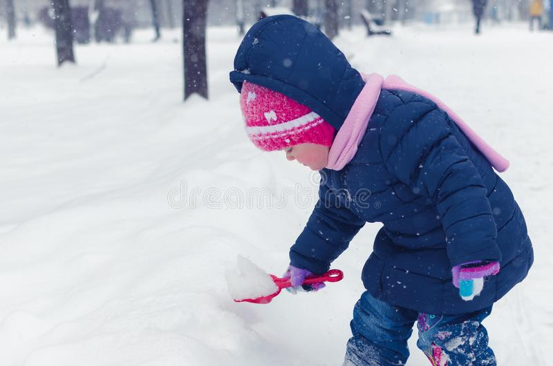 Peu fille marche sur la rue pendant le jour d'hiver photographie stock