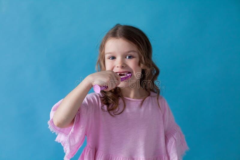 Peu fille nettoie des soins de santé d'art dentaire de dents gentils images libres de droits