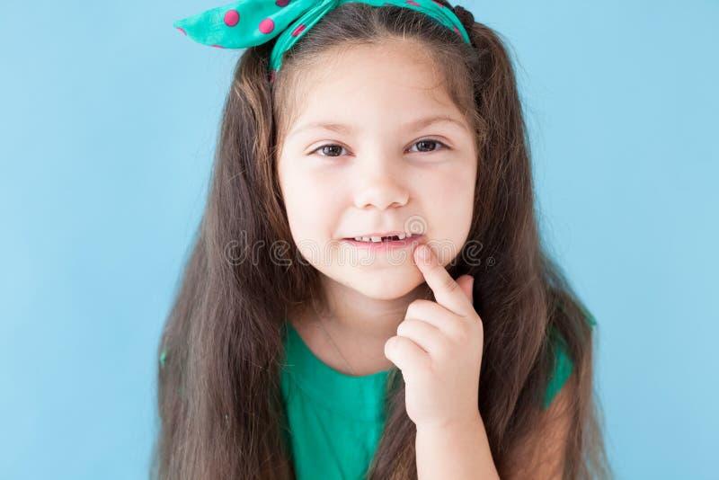 Peu fille se brossant les dents avec une bosselure de brosse à dents photos stock