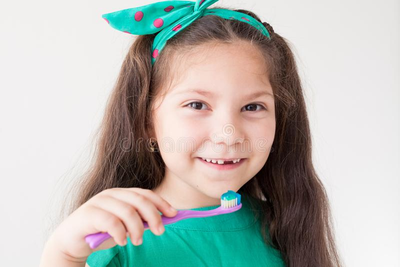 Peu fille se brossant les dents avec une dent d'art dentaire de brosse à dents photo stock