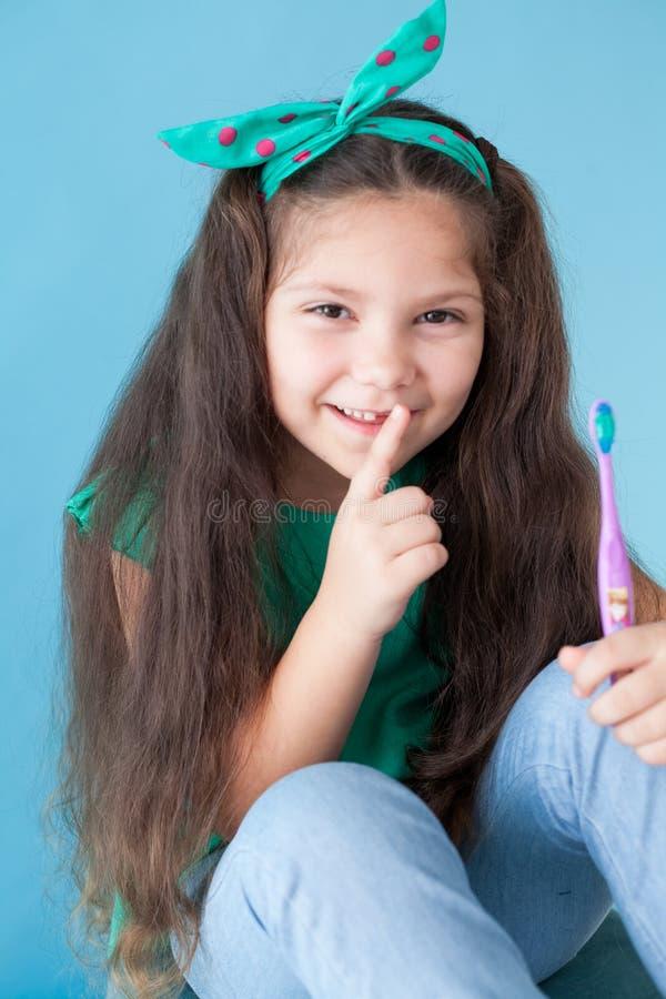 Peu fille se brossant les dents avec une dent d'art dentaire de brosse à dents image stock