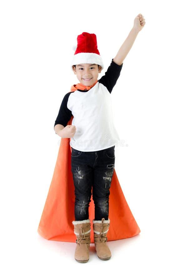 Peu garçon asiatique de sourire avec le chapeau de Santa image libre de droits