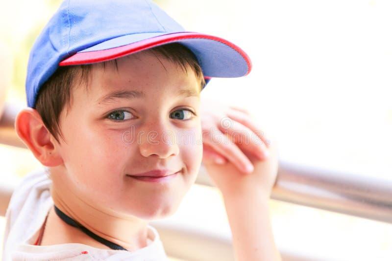 Peu garçon avec le chapeau de base-ball bleu photos libres de droits