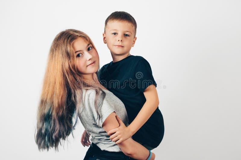Peu garçon dans les bras de sa soeur plus âgée images libres de droits