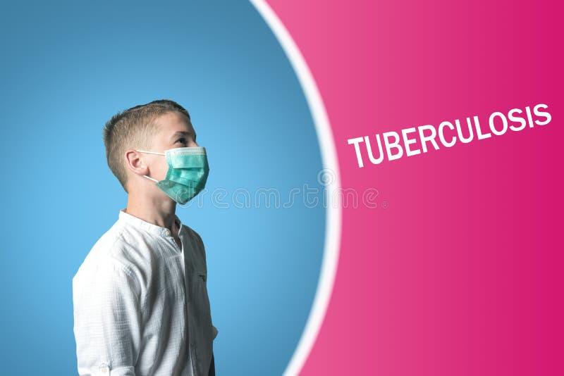 Peu garçon dans un masque médical sur un fond lumineux avec la TUBERCULOSE d'inscription image stock