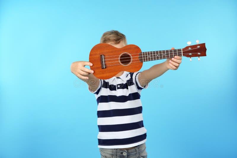 Peu guitare d'apparence de garçon images libres de droits