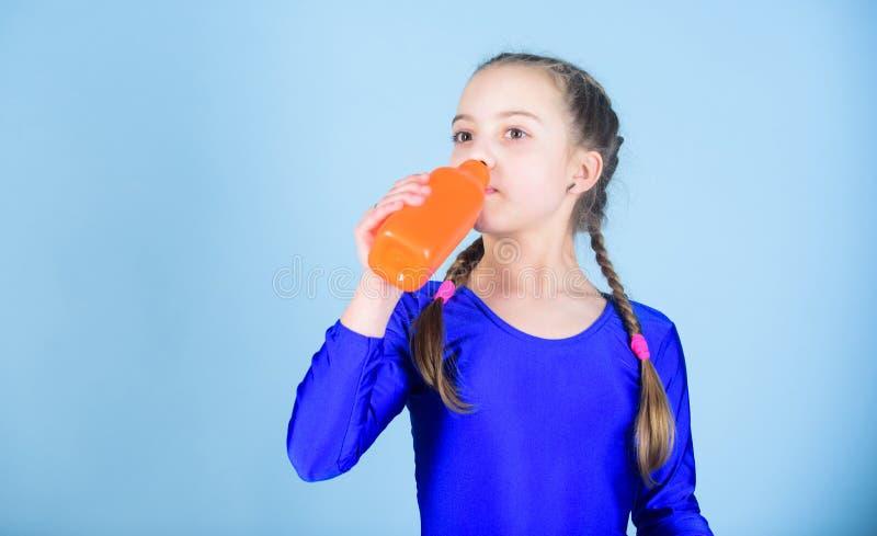 Peu l'eau de boissons de fille de la bouteille Sportif heureux d'enfant Forme physique et régime Énergie Détendez après la séance images libres de droits