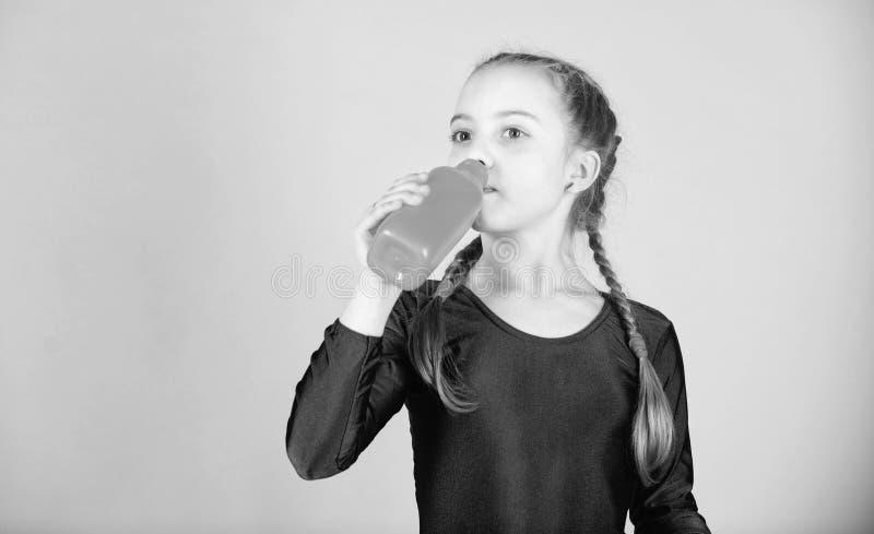 Peu l'eau de boissons de fille de la bouteille Sportif heureux d'enfant Forme physique et r?gime ?nergie D?tendez apr?s la s?ance photo stock