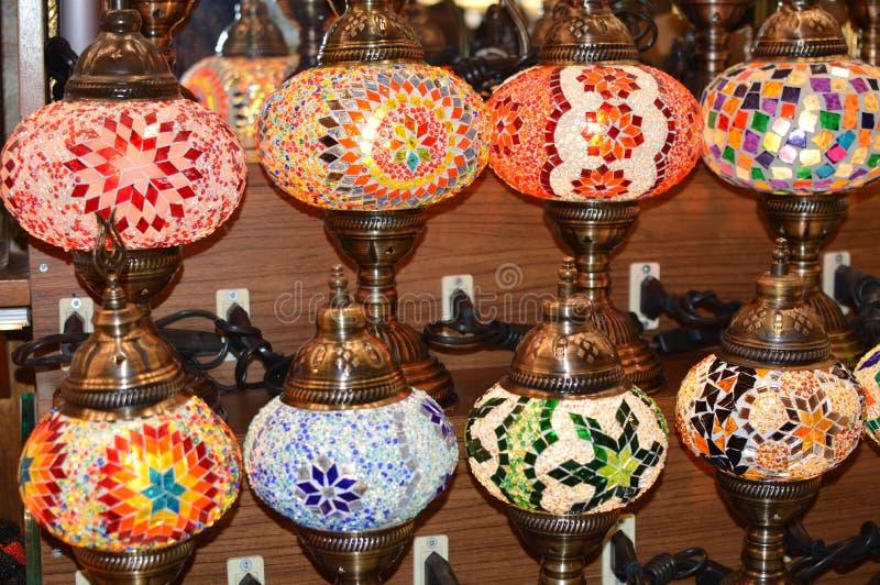 Peu lampe orientale faite main dans le bazar turc photos stock