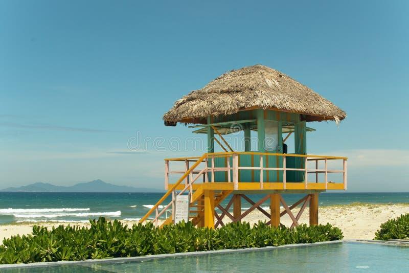 Peu maison colorée sur la plage image libre de droits