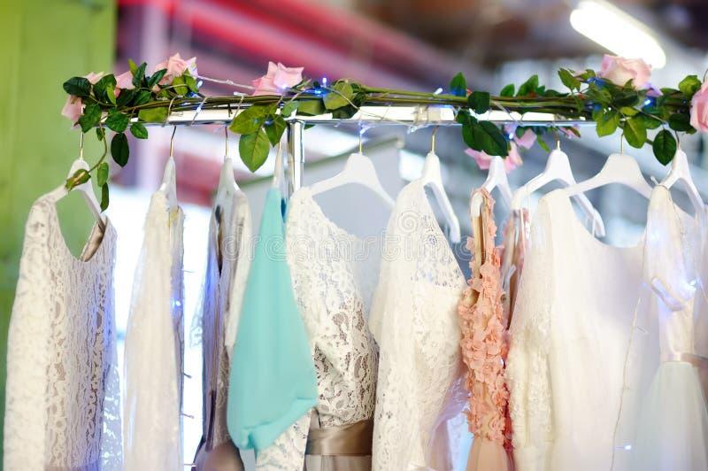 Peu mariage ?l?gant, demoiselle d'honneur, soir?e, robe de boule ou robes de bal d'?tudiants sur un cintre dans un magasin nuptia photo stock