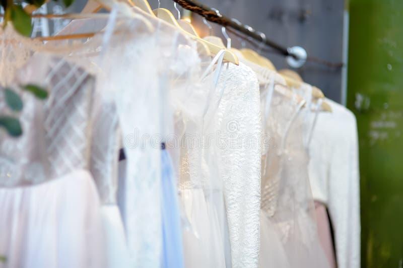 Peu mariage ?l?gant, demoiselle d'honneur, soir?e, robe de boule ou robes de bal d'?tudiants sur un cintre dans un magasin nuptia photographie stock