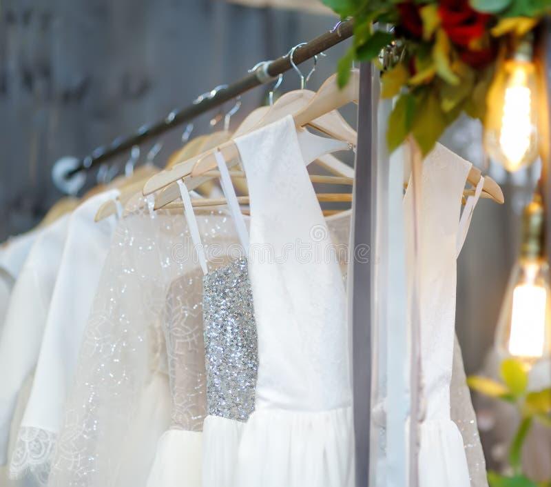 Peu mariage ?l?gant, demoiselle d'honneur, soir?e, robe de boule ou robes de bal d'?tudiants sur un cintre dans un magasin nuptia image stock