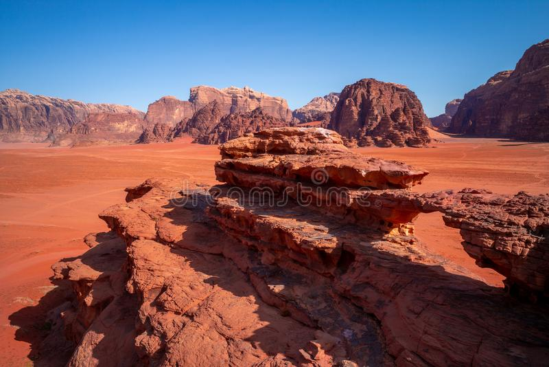 Peu pont dans le désert de rhum d'oued, Jordanie images libres de droits