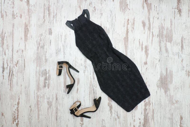 Peu robe et chaussures noires Fond en bois, escroquerie à la mode image stock