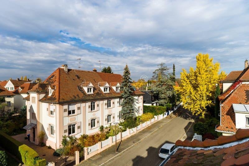 Peu rue colorée automnale dans la vue aérienne de Strasbourg, ensoleillé et frais images stock