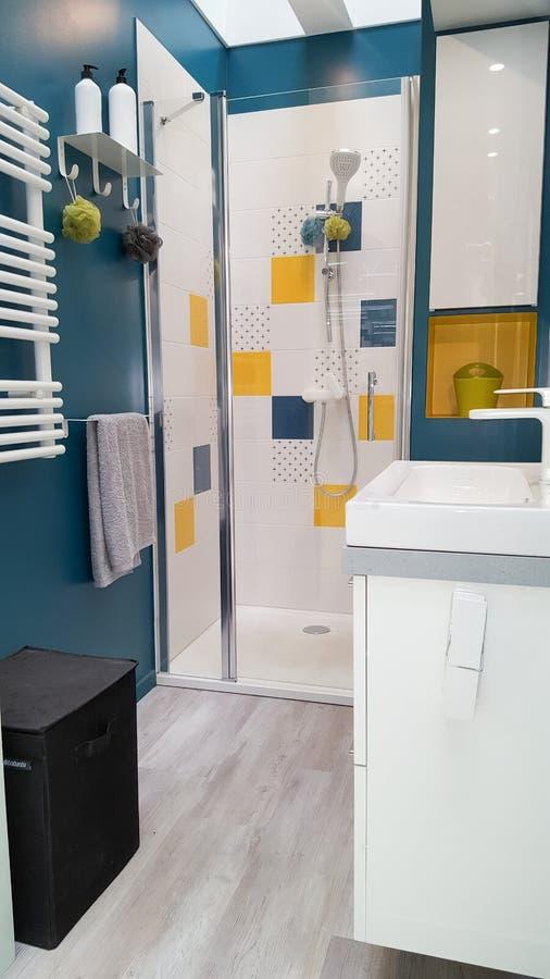 Peu salle de bains bleue dans l'endroit moderne et bel à la maison photographie stock libre de droits