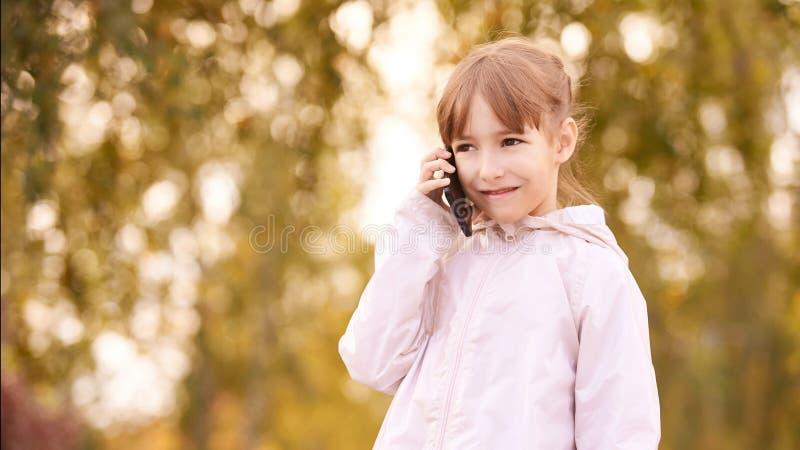 Peu t?l?phone d'entretien de fille Fond d'automne photos libres de droits
