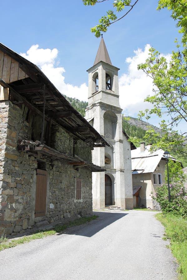 Peu temple dans le village de Viollins, vallée de Freissinières, France image stock
