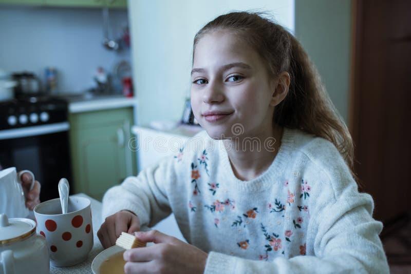 Peu thé potable de fille avec sa grand-mère image stock