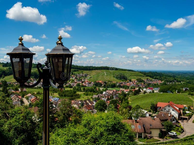 Peu village allemand confortable entre les collines vertes, vignobles dans Forêt-Noire photo stock