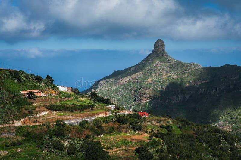 Peu village au-dessus des montagnes en île de Ténérife photographie stock