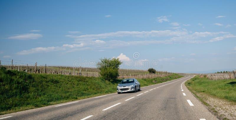 Peugeot οδήγηση αυτοκινήτων γρήγορα στο γαλλικό δρόμο στην Αλσατία στοκ εικόνα