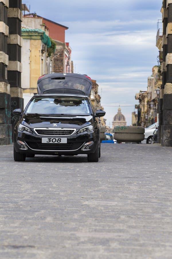 Peugeot-auto op een commerciële foto stock foto's