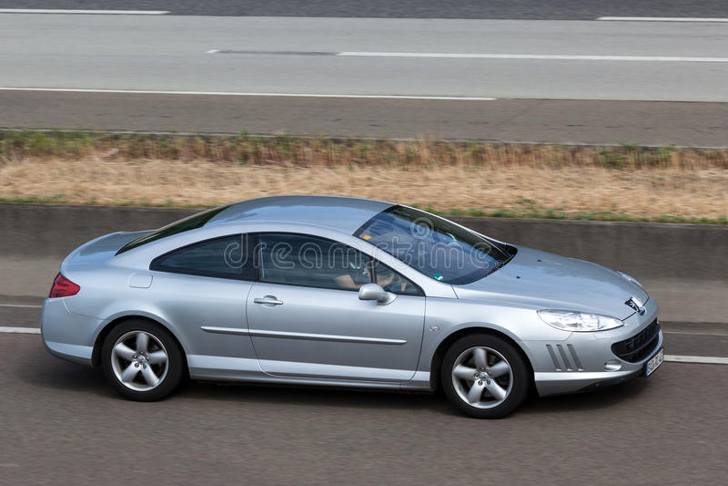 Peugeot 407 Coupe στην εθνική οδό στοκ φωτογραφίες με δικαίωμα ελεύθερης χρήσης