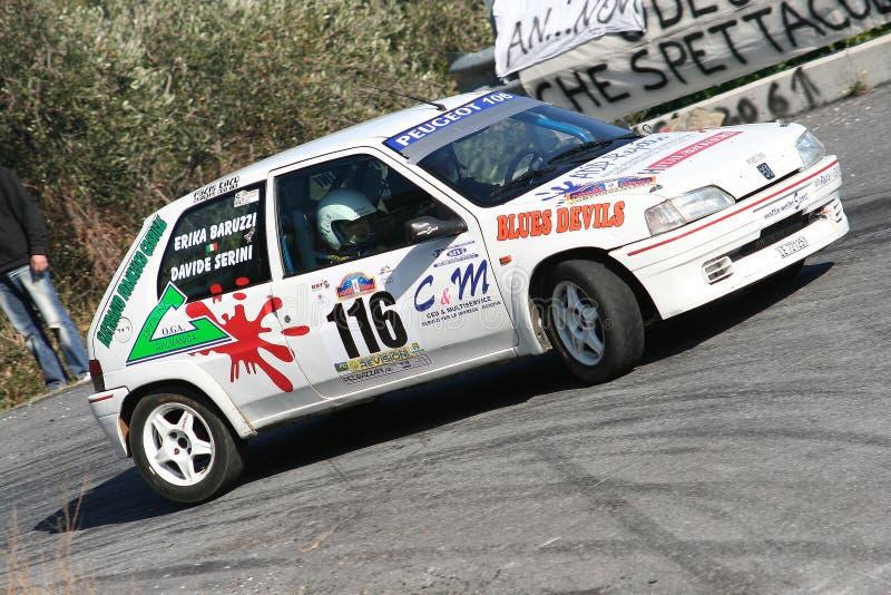 Peugeot 106 pendant un procès synchronisé de vitesse dans la deuxième édition de la course de Ronda Di Albenga qui a lieu jamais photos libres de droits