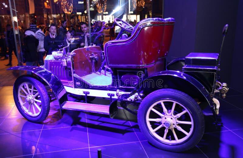 Peugeot-salon in Champs Elysees parijs stock foto