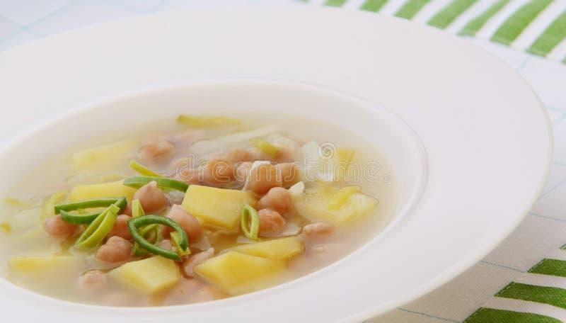Peulvruchtsoep met kekers, prei en aardappels stock afbeeldingen