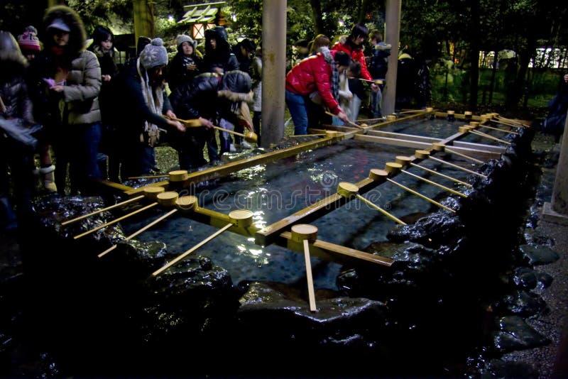 Peuple japonais d'an neuf de purification de la veille images stock
